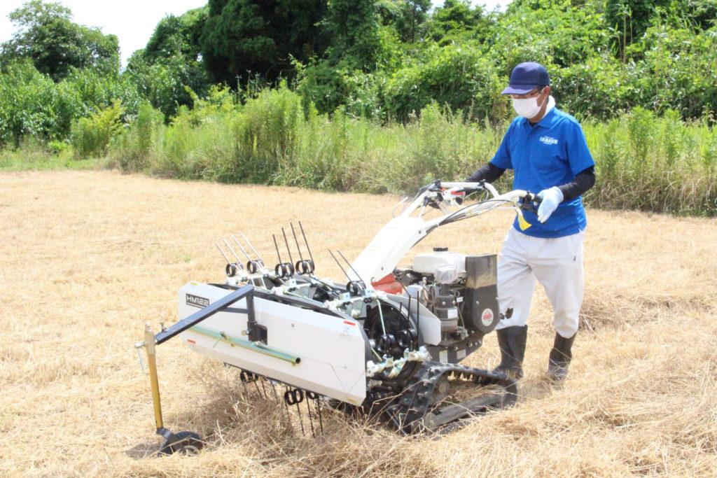 牧草の刈り倒しと集草作業
