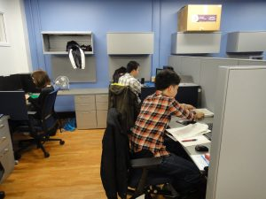 研究室で準備を開始した長井さん